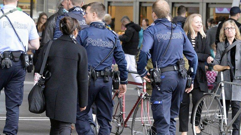 Terrorisme: les policiers suisses ne devront pas porter leur arme en permanence