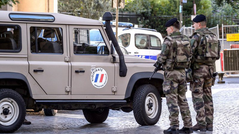 Paris: un militaire attaqué au couteau, assaillant maîtrisé