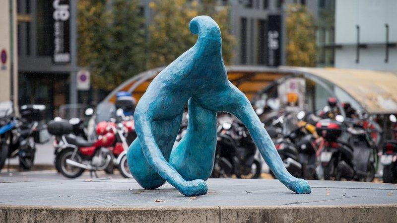 Le clitoris de 2 mètres de haut a été inauguré devant la gare de Neuchâtel
