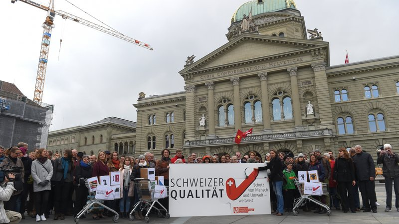 """L'initiative populaire """"Entreprises responsables – pour protéger l'être humain et l'environnement"""" veut obliger les sociétés sises en Suisse à examiner régulièrement les conséquences de leur activité sur les droits de l'homme et l'environnement."""