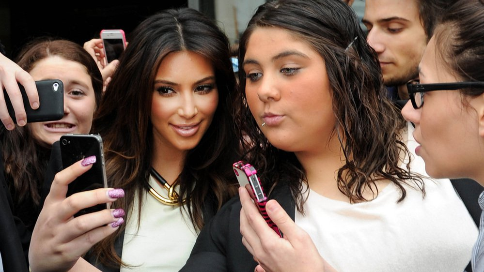 L'Américaine Kim Kardashian, ici à Melbourne en Australie avec des fans, est une grande adepte du selfie.