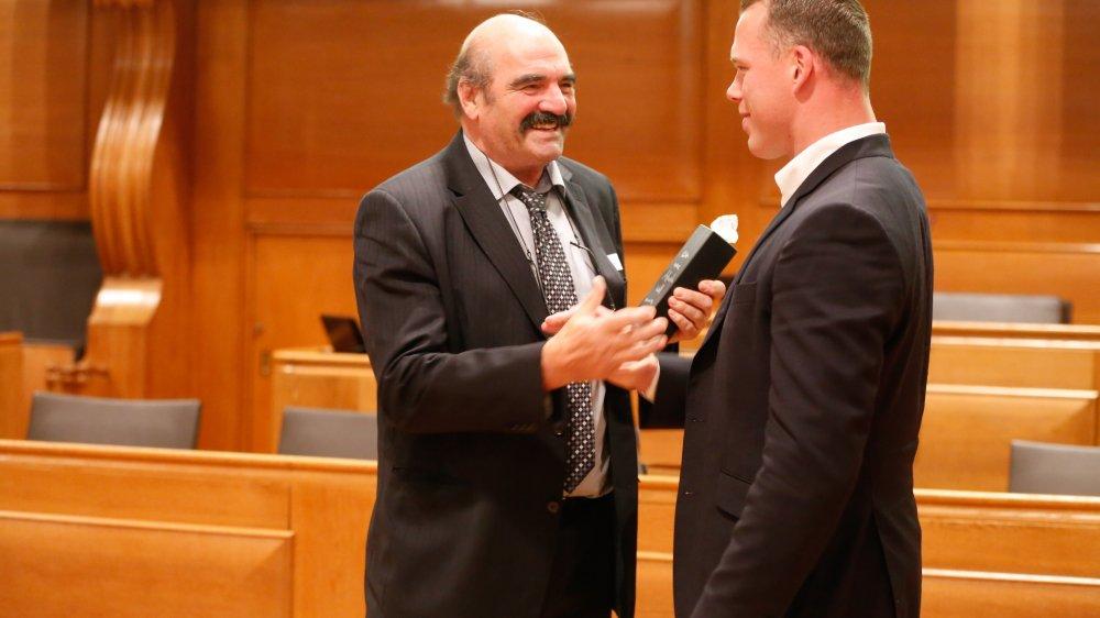 Jean-Pierre Egger a contribué à faire de Matthias Sempach le roi de la lutte suisse 2013. C'est de ses mains qu'il a reçu l'Ours sportif bernois lundi.