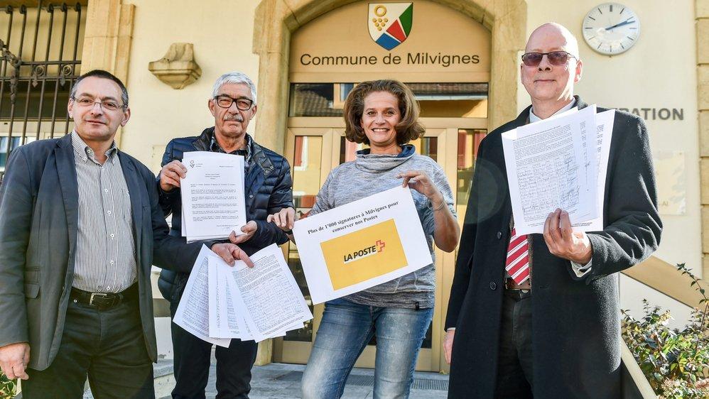 Une partie des pétitionnaires lors de la remise, hier à la chancellerie  de Milvignes, des signatures pour le maintien de la poste.