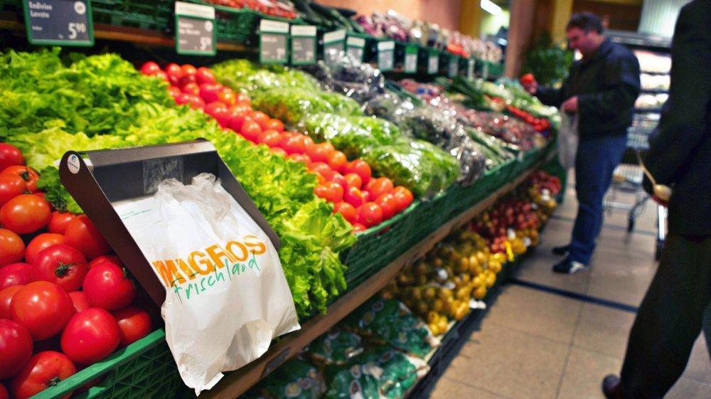 Etal de fruits dans un magasin Migros: les distributeurs exagèrent-ils leurs marges sur les produits bio? Le conseiller national Jacques-André Maire veut en avoir le cœur net.