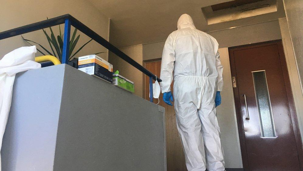 L'homicide s'est produit dans un appartement de la rue des Vieux-Patriotes à La Chaux-de-Fonds. Le service forensique a été mobilisé.