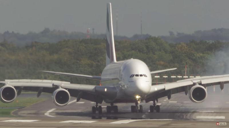 Allemagne: l'atterrissage spectaculaire d'un A380 en pleine tempête à Düsseldorf