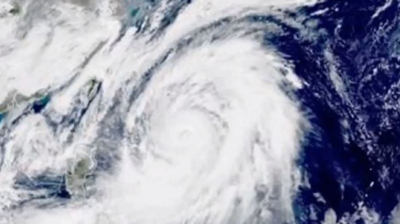 Japon: le puissant typhon Lan prend de l'ampleur et fait au moins deux morts