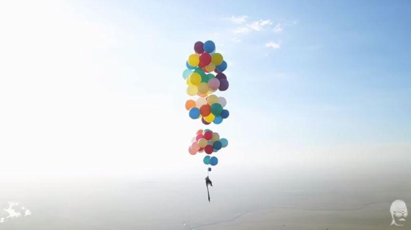 Assis sur une chaise suspendue à des ballons d'hélium, il s'envole jusqu'à 2400 mètres d'altitude