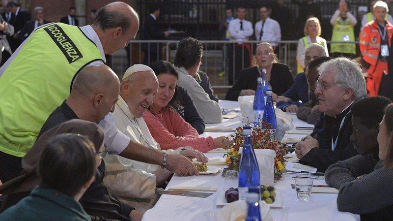 Deux détenus conviés à un déjeuner avec le pape se font la belle