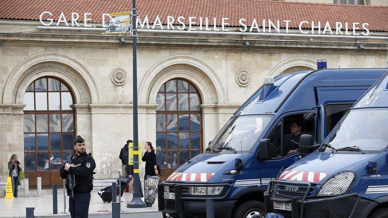 Attaque au couteau à Marseille: les cinq personnes placées en garde à vue ont été remises en liberté