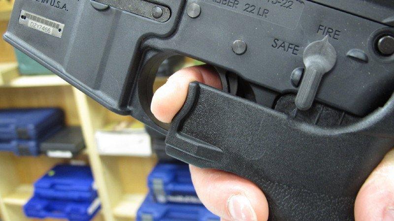 """Le tueur de Las Vegas avait équipé certaines de ses armes d'un """"bump stock"""" qui lui a permis de tirer des centaines de coups à la minute."""