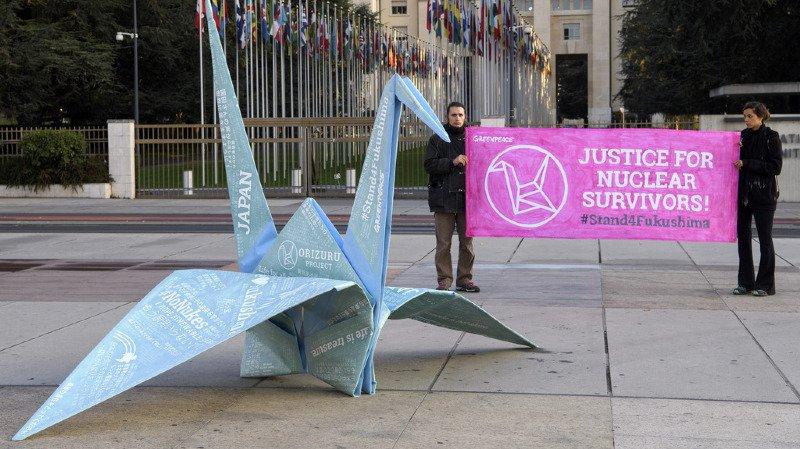 Des inscriptions de soutien se trouvent sur l'origami sur la Place des Nations.