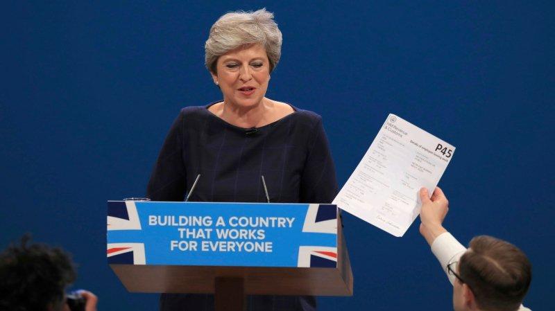 Mercredi, Theresa May a été interrompue dans son discours  par un comédien qui lui a remis un faux avis de licenciement.