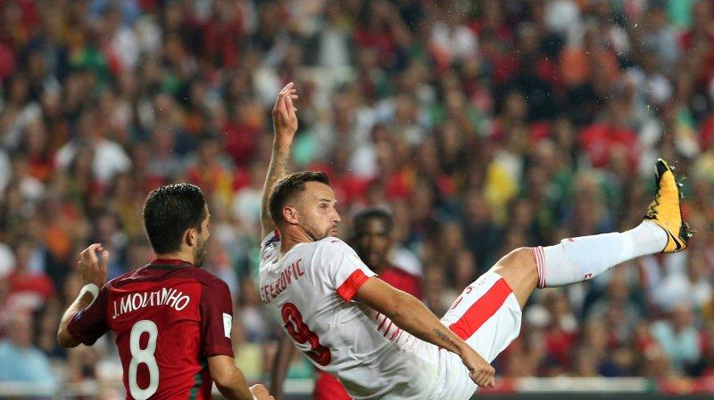 Peu utilisé en club, Haris Seferovic (en blanc) a déçu face au Portugal, même si ici il devance Joao Moutinho.