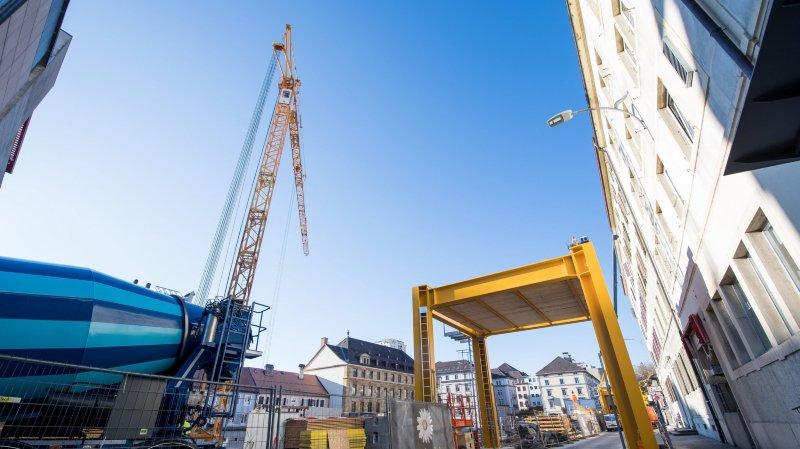 Deux spectaculaires grues érigées sur le chantier de l'ex-Coop City à La Chaux-de-Fonds