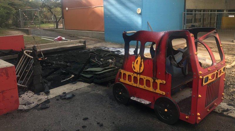 La place de jeux du collège de Vauvilliers a été incendiée cette nuit à Boudry