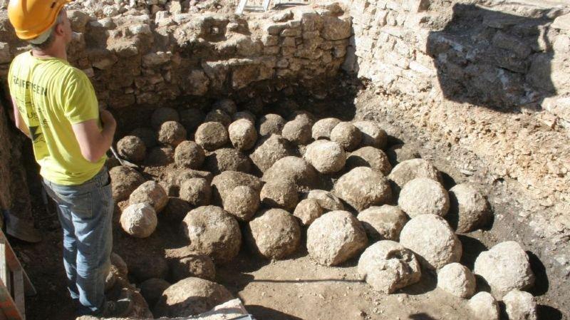 Un dépôt de munitions médiévales découvert au Château de Porrentruy