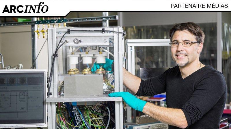 Sébastien Brun, le fondateur de SY&SE, devant une machine de développement équipée de neuf microréacteurs.