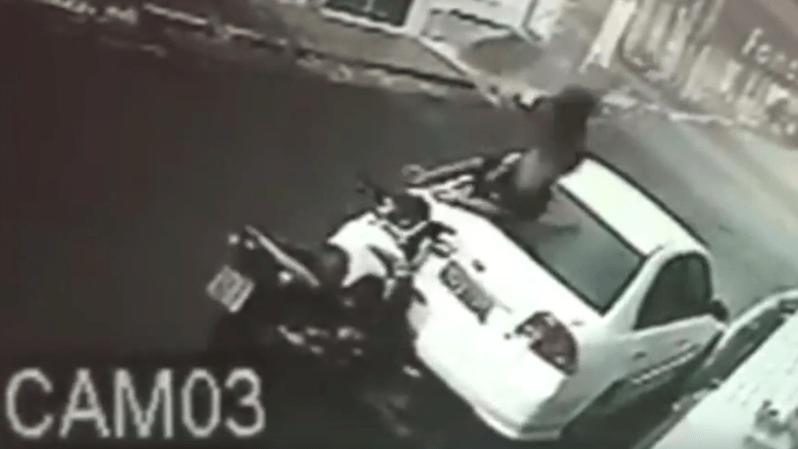 Brésil: il emboutit une voiture en moto et repart comme si de rien n'était