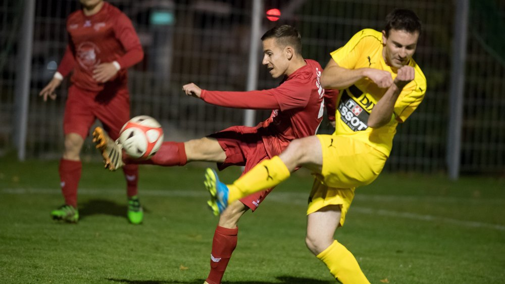 Kevin Burgat (en rouge) et ses coéquipiers du FC Béroche-Gorgier comptent huit points d'avance en tête du classement.