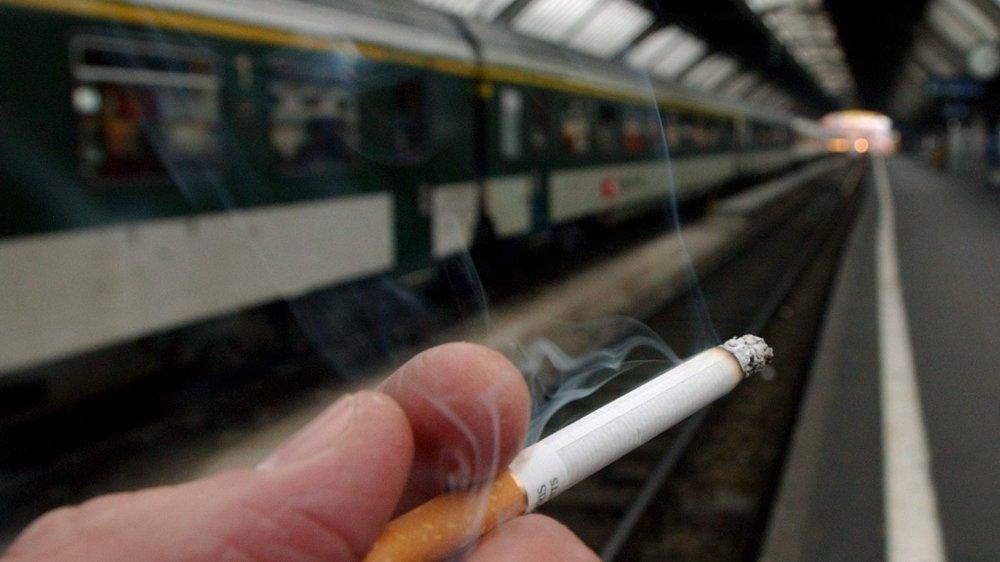 Les CFF envisagent des gares sans fumée dès 2019. L'an prochain, celle de Neuchâtel pourrait faire partie d'une phase de test.