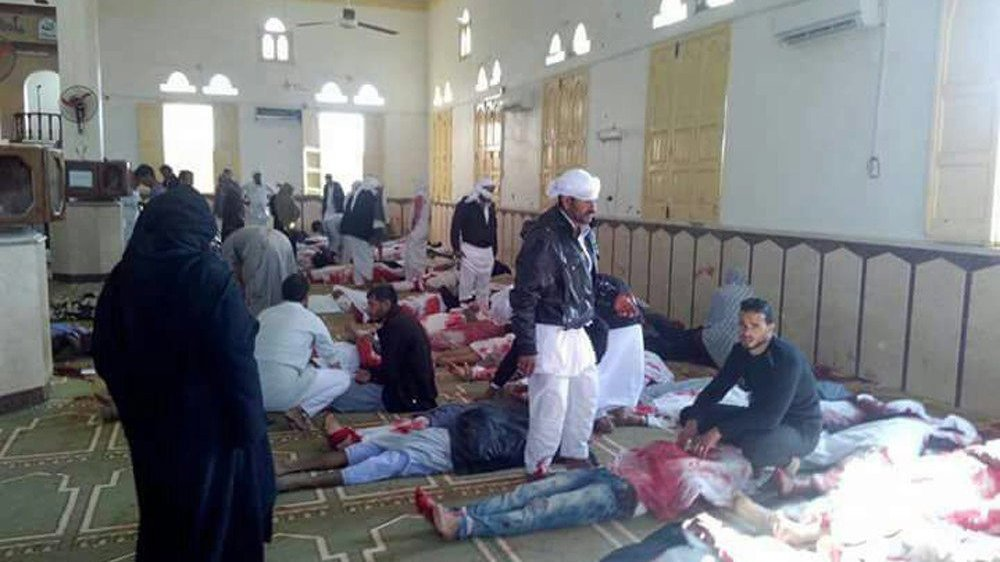 Les images des corps meurtris  des victimes, recouverts  de couvertures, étaient diffusées  en boucle sur les télévisions égyptiennes dès le début  d'après-midi.