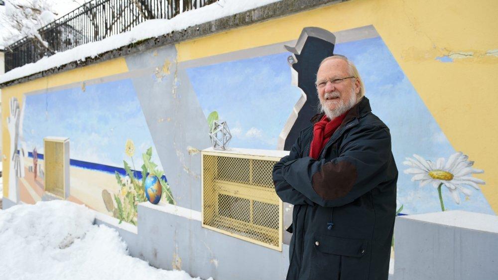 Carol Gertsch devant sa peinture rappelant le Corbusier, rue du Nord 183.  Photo: Christian Galley