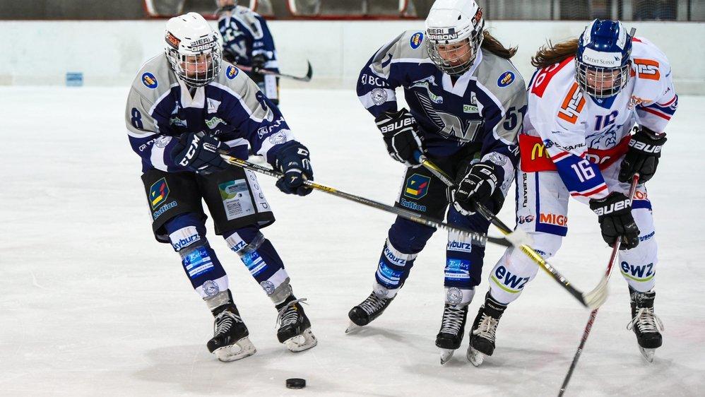 Les Neuchâteloises Cindy Joray (8) et Ophélie Jollien (51) tentent d'arrêter la Zurichoise Nina Waidacher.