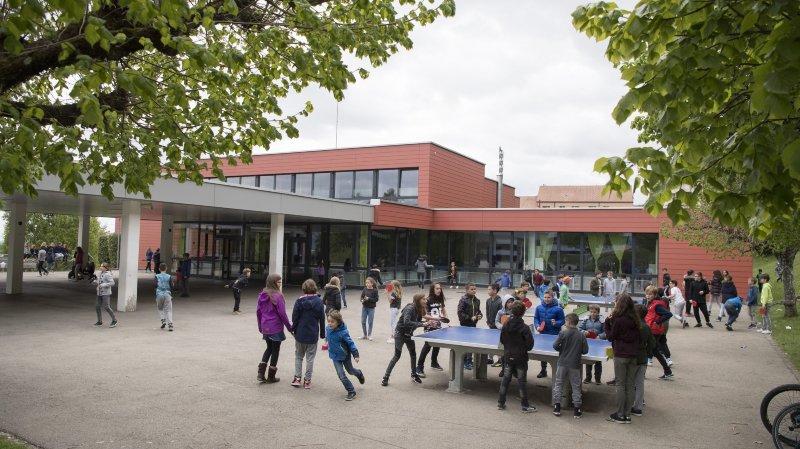 Dès la 8e Harmos, les élèves domiciliés à Montmollin devraient terminer leur scolarité au collège de la Fontenelle (photo), à Cernier.