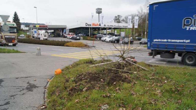 Zoug: un camion-citerne rempli d'essence parcourt des dizaines de mètres sans chauffeur à Neuheim