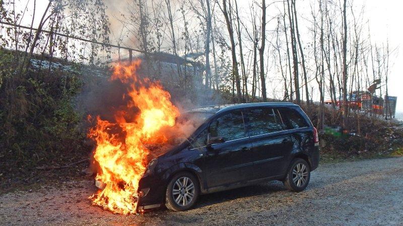 Thurgovie: une voiture prend feu en roulant à Bottighofen