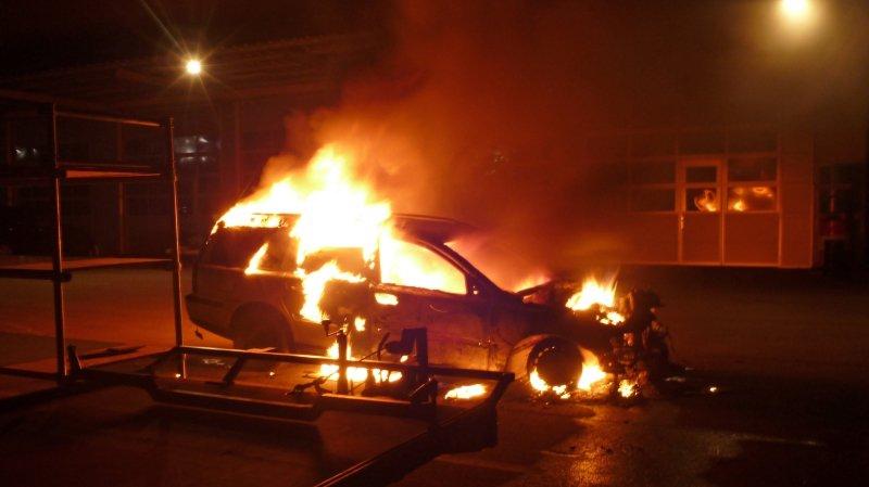 Dimanche matin, vers 5h30, un témoin a remarqué la voiture en feu dans l'arrière-cour d'un garage, dans la zone industrielle de Kreuzlingen.