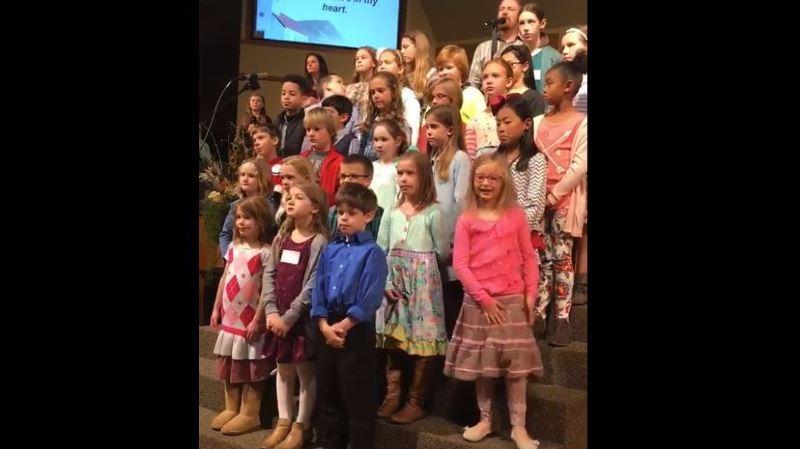 Pendant une chorale, alors que tous les enfants autour d'elle restaient de marbre, la petite s'est éclatée pendant plusieurs minutes.