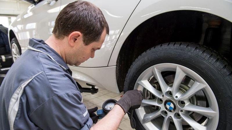 Beaucoup de Neuchâtelois attendent les premiers flocons pour changer leurs pneus, au grand dam des garagistes