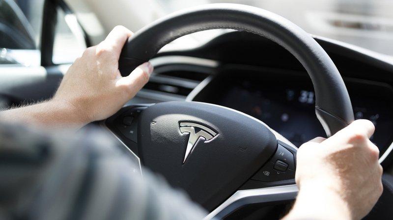 Berne: il rejette la faute de son accident sur le freinage automatique défectueux de sa Tesla, la justice le condamne