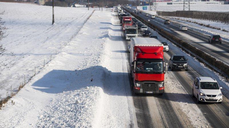 Trafic: la neige a semé le chaos sur certaines routes suisses