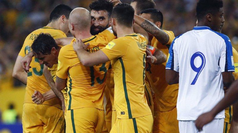 Le capitaine Mile Jedinak (au centre) a offert aux Socceroos leur 4e ticket d'affilée pour la Coupe du monde.