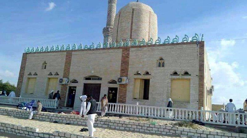 Egypte: pas de revendication après l'attentat qui a fait 235 morts, l'armée frappe l'Etat islamique