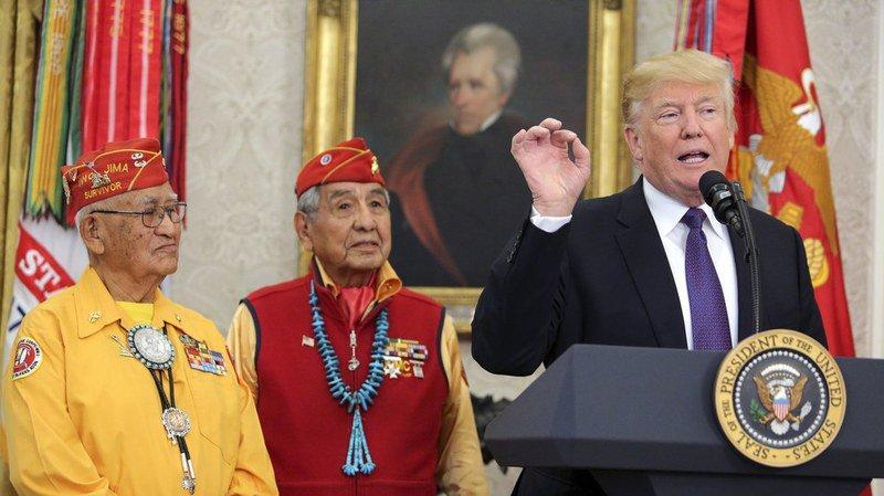 """États-Unis: Trump surnomme """"Pocahontas"""" une opposante démocrate devant des anciens combattants amérindiens"""