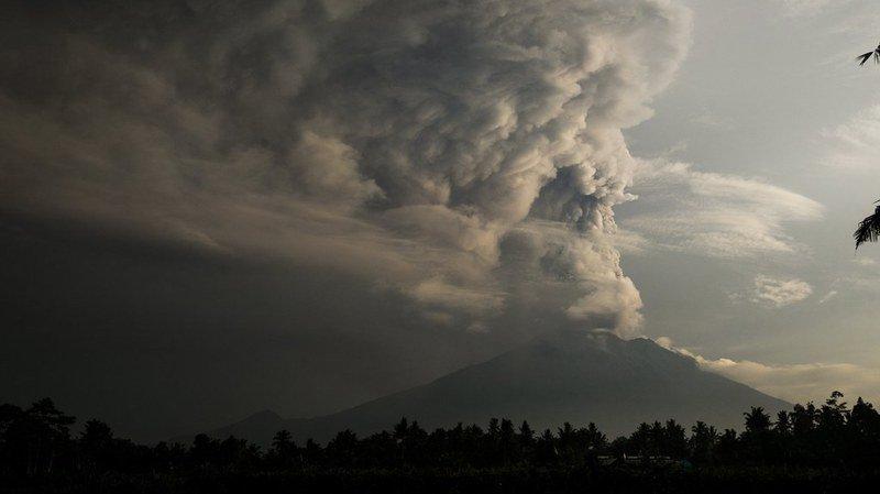 Indonésie: aéroport de Bali fermé en raison du risque d'éruption du volcan Agung, des milliers de touristes bloqués
