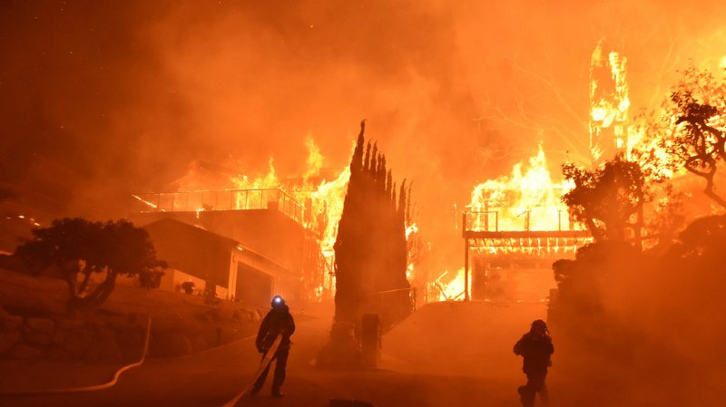Californie: un gigantesque incendie ravage le nord de Los Angeles