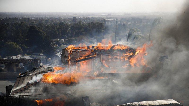 """L'incendie """"Thomas"""" ravage la région de Ventura, qui longe le Pacifique."""