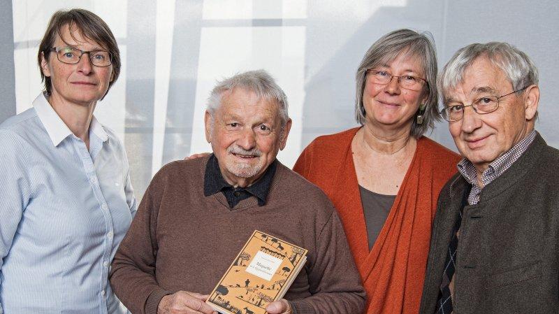 Hughes Richard, au centre avec son livre, entouré de Sylviane Messerli (à gauche), qui a signé la postface, de Catherine Louis, qui a réalisé l'illustration de la couverture, et de Michel Schlup, éditeur.