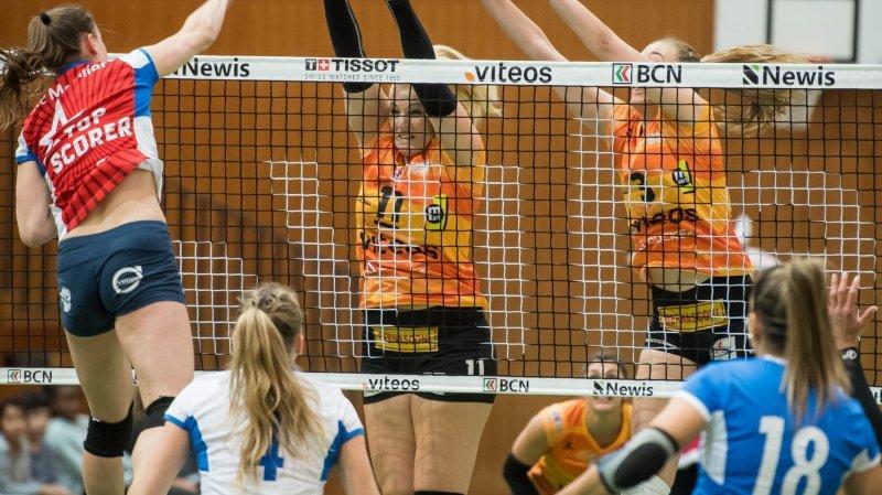 Les Neuchâteloises Mandy Wigger et Martina Halter (en orange, de gauche à droite) n'ont pas fait le poids  au filet face aux attaquantes bernoises.