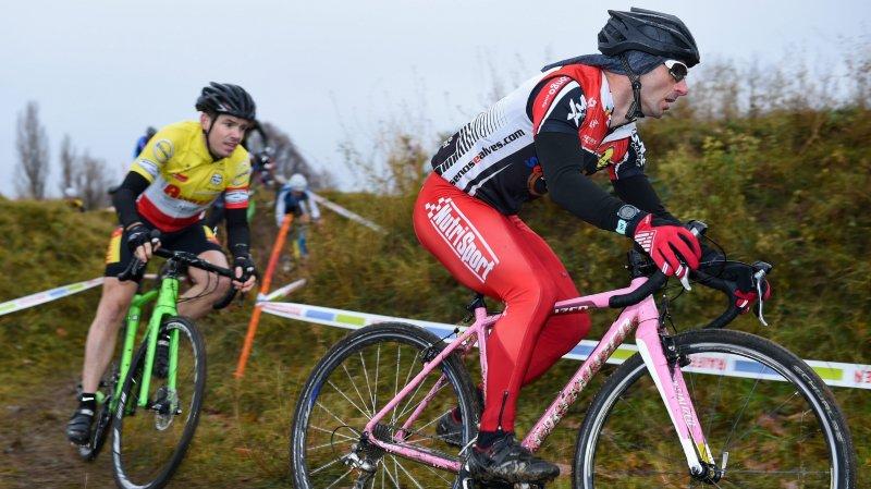 Les adeptes du cyclo-cross, comme ces deux concurrents du Zeta Cross, ne sont pas très nombreux dans le canton, mais ils sont courageux.
