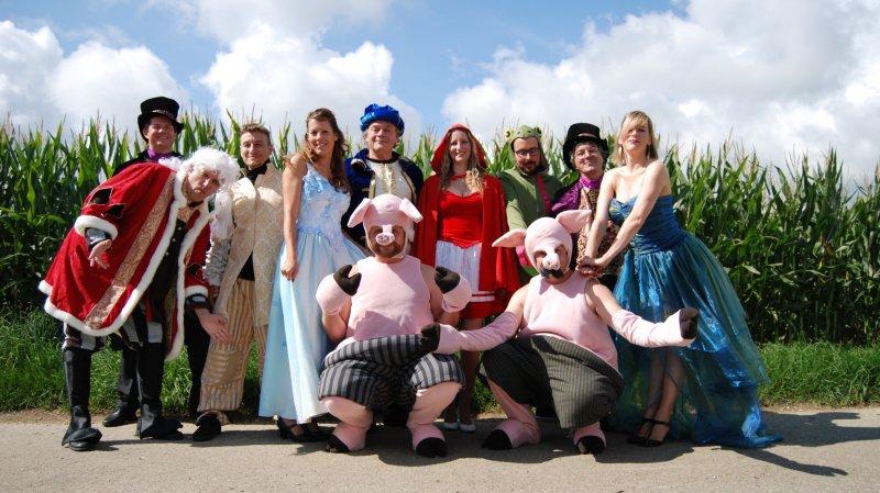 Une partie des acteurs seize acteurs de La Décharge qui monteront sur scène dans la peau de personnages de contes entourant Le Petit Chaperon Rouge.
