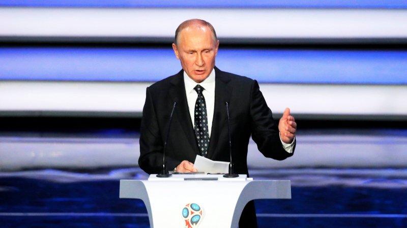 La Russie de Vladimir Poutine accueillera le Mondial de foot en juin. Mais les Russes risquent d'être privés de JO en février.