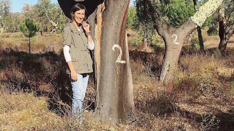L'ingénieure forestière Conceiçao Silva, à côté d'un chêne-liège de la plantation qu'elle gère.