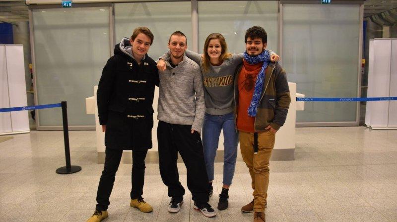 Nicola Spoletini (à g.), Maxime Phillot, Inès Herrera et Sébastien Sancho, attendaient, hier, l'avion pour Nagoya à l'aéroport d'Helsinki.