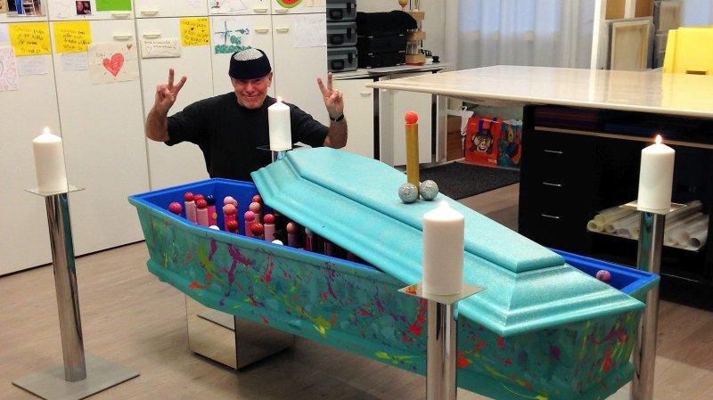 Ivan Moscatelli posant devant son cercueil, une œuvre inédite!